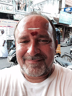 Wolfgang Künzel mit rotem Punkt und weißem Strich auf der Stirn nach der Segnung in Indien